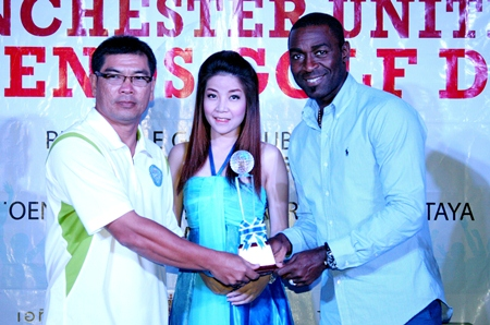 B Flight winner Pongpob Boonjun (left) receives his trophy from Andy Cole (right).