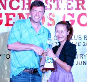 Jeeranan Duncan (right), the C Flight winner, accepts her trophy from Lee Sharpe.