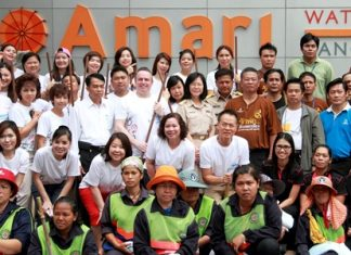 To mark World Environment Day recently, Pierre Andre Pelletier (5th left) GM of the Amari Watergate Bangkok together with Laksana Rojdumrong (4th right), Director of the Rajthevi District office, led their respective staff and officers in a joint ecological campaign to clean-up the footpath from Rajthevi Intersection and along with Petchaburi Road.
