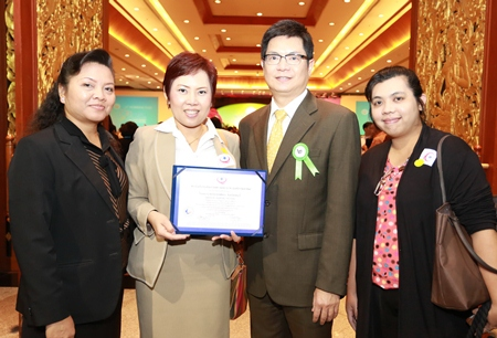 Dr. Pichit Kangwolkij (2nd right), Deputy CEO Group 3 and Hospital Director of Bangkok Hospital Pattaya, was the proud recipient of the Hospital Accreditation Certificate from the Healthcare Accreditation Institute recently.