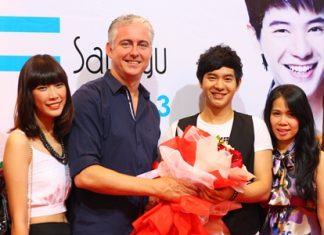 Brendan Daly, GM of Amari Orchid Pattaya (center left), presents flowers as a welcome gift to Ice Saranyu (center right) before his concert in Pattaya.