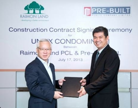 Raimon Land CEO Johnson Tan (left) awards the construction contract for Unixx South Pattaya to Pre-Built Managing Director Wirot Charoentra (right).