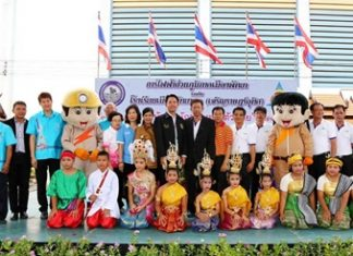 Mayor Itthiphol Kunplome (centre left), along with Somsak Pittayapongaporn (centre right), Manager of Pattaya Provincial Electricity Authority, accompanied by Pattaya City Councillors attended the launch of the 'Little Economist' project Pattaya School No. 2 recently. The project aims to create awareness amongst the youth in regards to the need to reduce energy consumption. 40 students also plan to join in the Walk Rally to celebrate the 53rd anniversary of the Provincial Electric Authority in September this year.