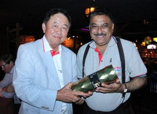 Senator Sutham Phanthusak (left) presents a congratulatory gift to Peter Malhotra.