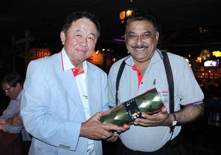 Senator Sutham Phanthusak (left) presents a congratulatory gift to Peter Malhotra.