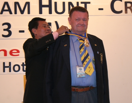 DGE Suwan Sanpaporn installs Graham Hunt-Crowley as president of the Rotary Club of Jomtien-Pattaya.