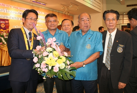 Jamlong Passara, former president of the Rotary Club of Pattaya, along with Rotarians, express their congratulations to new members of the Lions Club committee for 2013-2014.