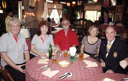Der gemütliche Pattaya Blatt Stammtisch.  (l-r) Peter 'Loong' Nordhues,  Executive editor Elfi Seitz,  Horst Müller, Margret and Otmar Deter, president of the Rotary Club of Phoenix Pattaya.