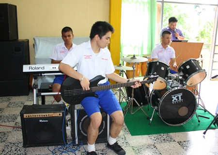 Students playing the 'Kho Mob Dok Mai Hai Khun' song.