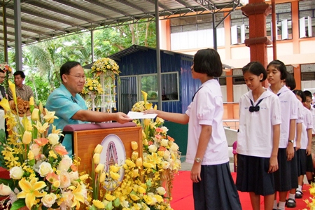 Chonburi Sukhabot School handed out scholarships to 1,750 students.