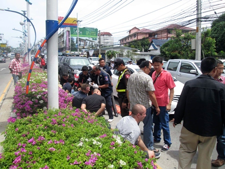 Police blockaded a section of North Road near Sukhumvit Road and managed to corral two Honda sedans, then negotiated with the alleged kidnappers for half an hour before rescuing a beaten and sedated Janek Keersalu (near pole).