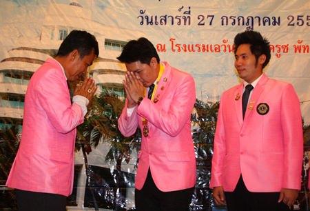Navin Khakhay (2nd left) replaces Somyos Khotkhaen (left) as head of the Pratamnak club.