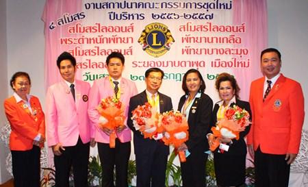 Dr. Torpong Putthabucha PhD (right), president of Lions Bangkok Ratchanakhrin 310 C, and members present flowers to the 4 new presidents, Navin Khakahy (3rd left) from Pratamnak Pattaya, Jakraphan Pinthanon (center) from Naklua Pattaya, Darunee Weeraphan (3rd right), president of Rayong Maptaput Muang Mai, and Sasithorn Klitiang (2nd right) from Pattaya Banglamung.