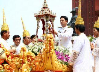 Mayor Itthiphol Kunplome begins the sacred Buddha relic procession.