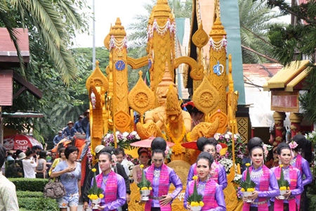The parade at Nong Nooch Tropical Garden features a single candle, more than two meters tall, carved in Thai style and carried on the back of two swans.