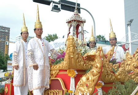 The highlight of the parade for many was the procession of the Buddha relics from Bowonniwet Vihara Temple in Bangkok.
