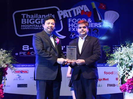Chonburi PAO President Wittaya Kunplome (left) presents a plaque thanking Pattaya Mail Media Group Deputy Managing Director and Skål International Pattaya & East Thailand President Tony Malhotra (right) for sponsoring the Pattaya Food & Hoteliers Expo '13.