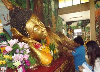 Many people paste gold leaf on Buddha statues, asking for prosperity for their family and themselves.