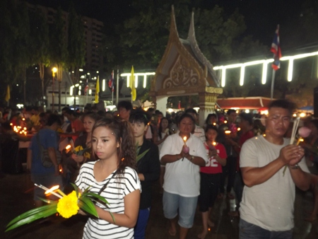 Thousands perform the Wien Thien ceremony at Bhodhisamphan temple.