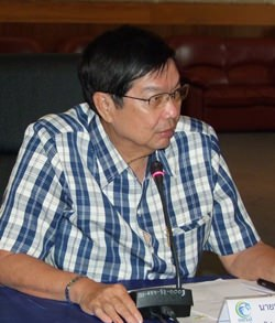 Deputy Gov. Pornchai Kwansakul presides over a planning meeting for the 31st Thailand City Students Sports Competition scheduled for January 2014.