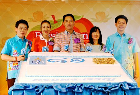 (L to R) TAT Pattaya office director Rattanachai Suthidechanai, Amari social-development projects director Latiporn Thongkhunna, Mayor Itthiphol Kunplome, Central Center GM Kessrin Manirat, and Chonburi MP Poramet Ngampichet started the cake cutting to open this year's charity event.
