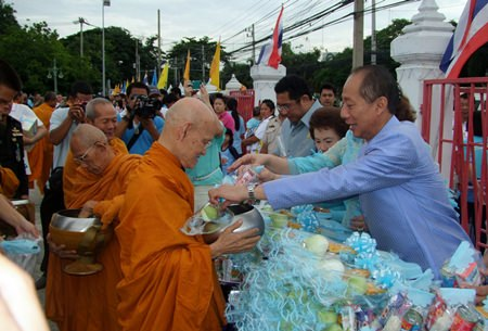 Chonburi Governor Khomsan Ekachai leads citizens in offering alms to 82 monks as a royal dedication on Mother's Day.