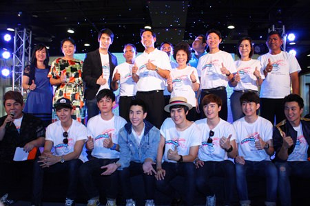 Mayor Itthiphol Kunplome (center), along with relevant officials and celebrities, launches the Pattaya White campaign at Central Festival Pattaya Beach.