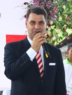 Ambassador Johannes Peterlik gives his farewell speech.