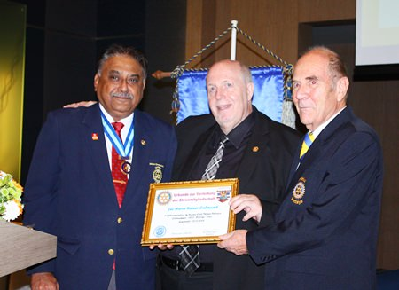 Reiner Calmund proudly displays the honorary membership certificate.