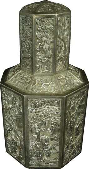 """LOT 2074 - Several of the bidders showed interest for a Chinese """"Tea Caddy"""" from the Qing Dynasty. The minimum price was Baht 40,000 but after a long bidding round the hammer fell on Baht 1,150,000."""