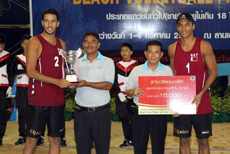 Pattaya City official Thongchai Aajsrong presents the winning trophy to the victorious Qatar Club male team.