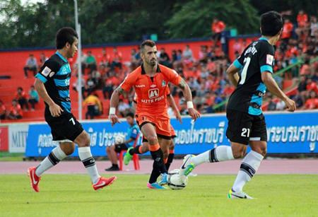 Ratchaburi FC forward Douglas (center) takes the ball downfield during the first half of their Thai Premier League fixture against Pattaya United at the Ratchaburi Stadium, Sunday, August 11. (Photo courtesy Ratchaburi FC Fan Club)