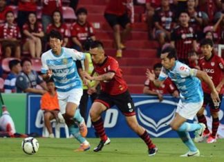 Muang Thong United's Bang Seung-Hwan evades the attentions of two Pattaya United defenders during their Thai Premier League fixture at the SCG Stadium, Saturday, August 17. (Photo courtesy Muang Thong United FC)