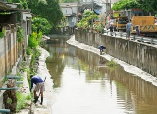 City workers clean out the Bangpla Sroi Canal in Chonburi. Perhaps if the South Pattaya Canal was kept in such good shape, there wouldn't be a flooding problem there.