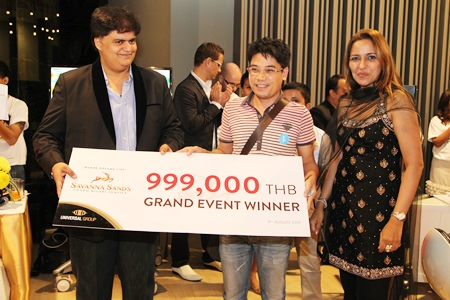 Rajesh S. Punjabi, MD (left) and Sonia Punjabi, CEO of Universal Group (right) present a condo for a special promotional price of 999,000 baht to a lucky winner at the Savanna Sands Grand Sale Event in Pattaya, August 8.