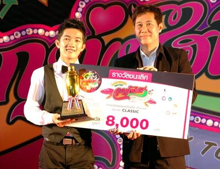 Anantachai Meenopakij from Long Beach Garden Hotel & Spa accepts the winning award in 'Classic' Bartender category from Banjobg Banthunprayukt, a member of Pattaya city council.
