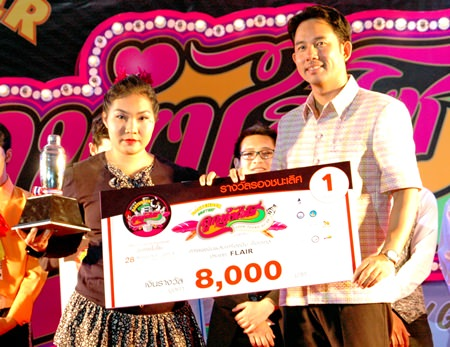 Dao Thiempa from Centara Grand Mirage (left) was the only woman in the 'Flair' Bartender contest and took first place together with the 8,000 baht prize.