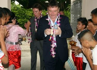 The children presented garlands of flowers to welcome the two snooker legends.