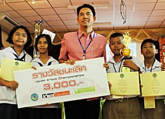 The 'Jom Phalang' team from Pattaya School No. 4 accept the winning trophy and cash for the primary school category from Mayor Itthiphol Kunplome.
