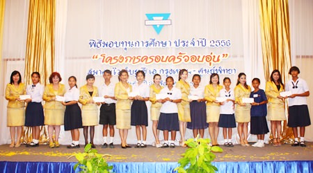 Praichit Jetpai (center), and members from YWCA Bangkok-Pattaya present YWCA Happy Family Scholarships to deserving youths.