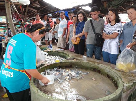 Seafood sales in Rayong are now so brisk, people have to line up to buy crab before it's sold out.