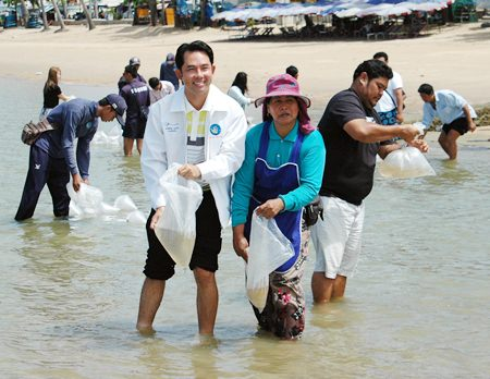 Mayor Itthiphol Kunplome and representatives from the Chonburi Fishing Department and Small Fishermen Club release shrimp into the sea off Jomtien Beach.