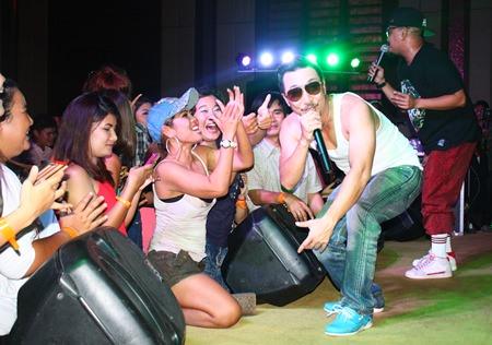 Joey Boy entertains his fans on stage at the Aranda Ballroom, Amari Orchid Resort Pattaya, on Saturday, Oct. 5.