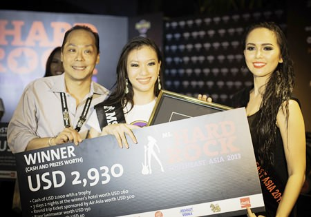 Patrick Ng, Executive Assistant Manager of the Hard Rock Hotel Pattaya and Cattaleeya Schulze, Ms. Hard Rock Southeast Asia 2012, present the spoils of victory to Ms. Hard Rock Southeast Asia 2013 Laureen Quah.