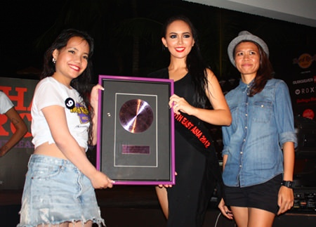 Ms. Hard Rock Southeast Asia 2012 Cattaleeya Schulze (center) and Kanjana Ngamkalong (right), Marketing Communications Manager, present Ms. Facebook Favorite Vote award to Pakatida Srongprap (left).