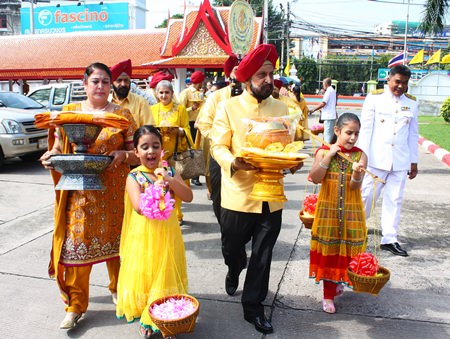 Mohinder Singh (2nd right) and Savinder Kaur Gulati (left) and their family bring the Thod Kathin robes from home to Wat Chaimongkol.