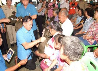 Rajaprajanugroh Foundation President Kong-ek Wilas Rujiwattanpong and Secretary Prasong Phitunkijja present relief supplies to flood victims from two Chonburi districts.