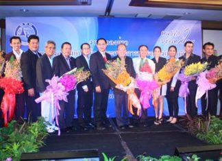 TAT Pattaya office director Auttaphol Wannakij and Deputy Mayor Verawat Khakhay present tourism awards to nine Pattaya business operators.
