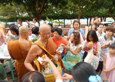 Pattaya Buddhists present rice during Auk Pansaa at Wat Bhodhisamphan.