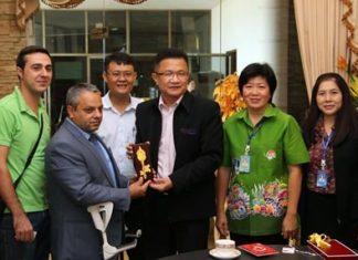 Deputy Mayor Wutisak Rermkitkarn (center) presents Tulgay Hasar with a ceremonial key to Pattaya City.